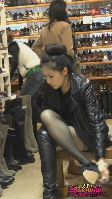 紧身牛仔短裤_美女鞋店试鞋,现出性感丝足_盘丝仙仙 - 美丝街拍视频网