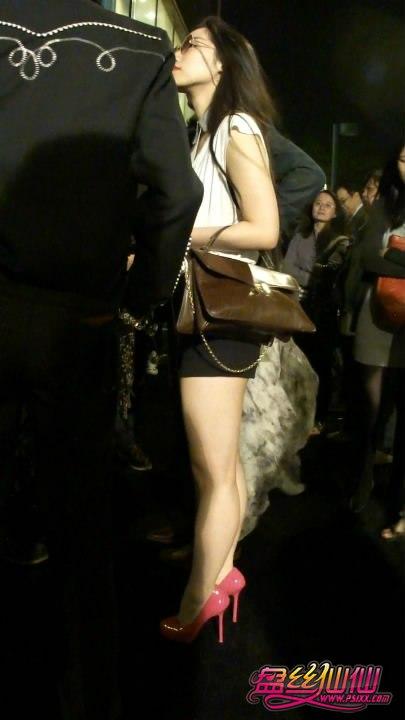 性感尖头高跟鞋美女_性感眼镜贵妇,粉红高跟鞋全场风骚_盘丝仙仙 - 美丝街拍视频网